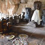 Götterstatuen in einem Tempel